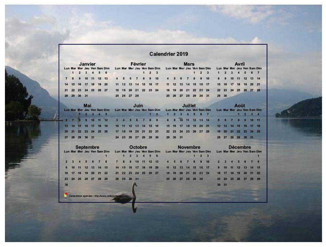 Calendrier 2019 annuel, format paysage, quatre colonnes par trois lignes, incrusté au centre d'une photo